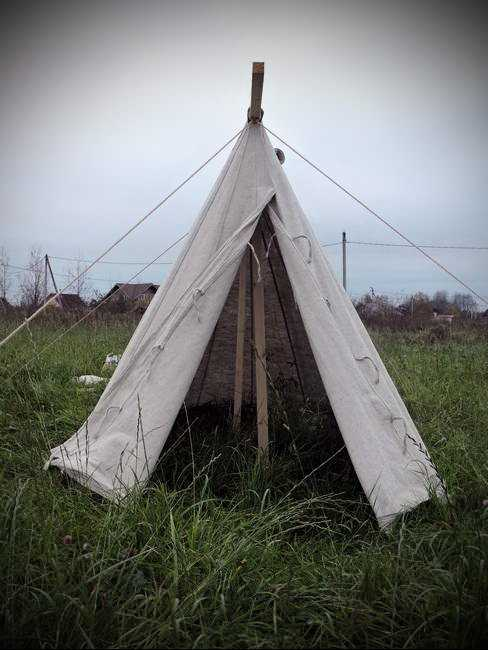 Anglo-Saxon tent. Middle with 2 entrances (side and front)